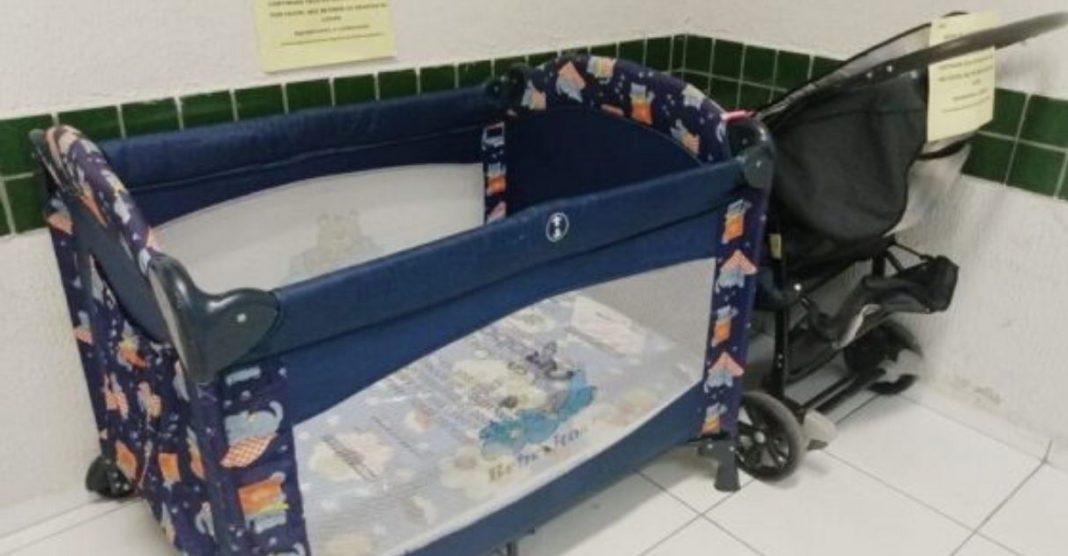 Universidade dá berço e carrinho de bebê para mães aulas