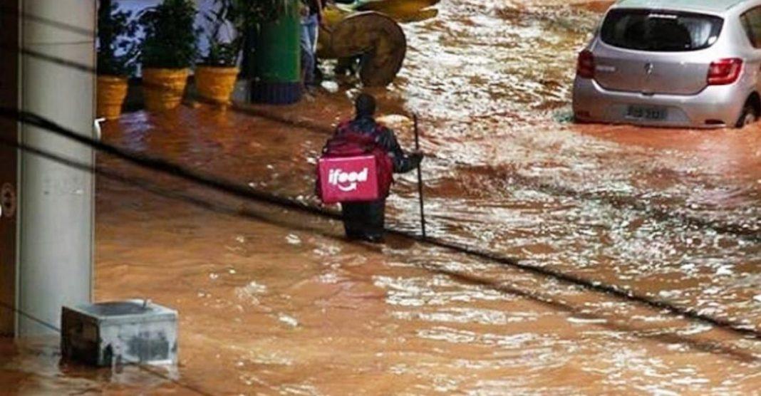 Homem enfrentou enchente entregar pedido oferta de emprego