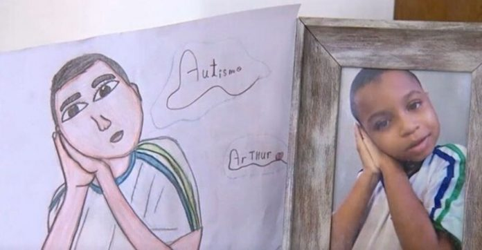 menino vende desenhos para ajudar irmão gêmeo autista