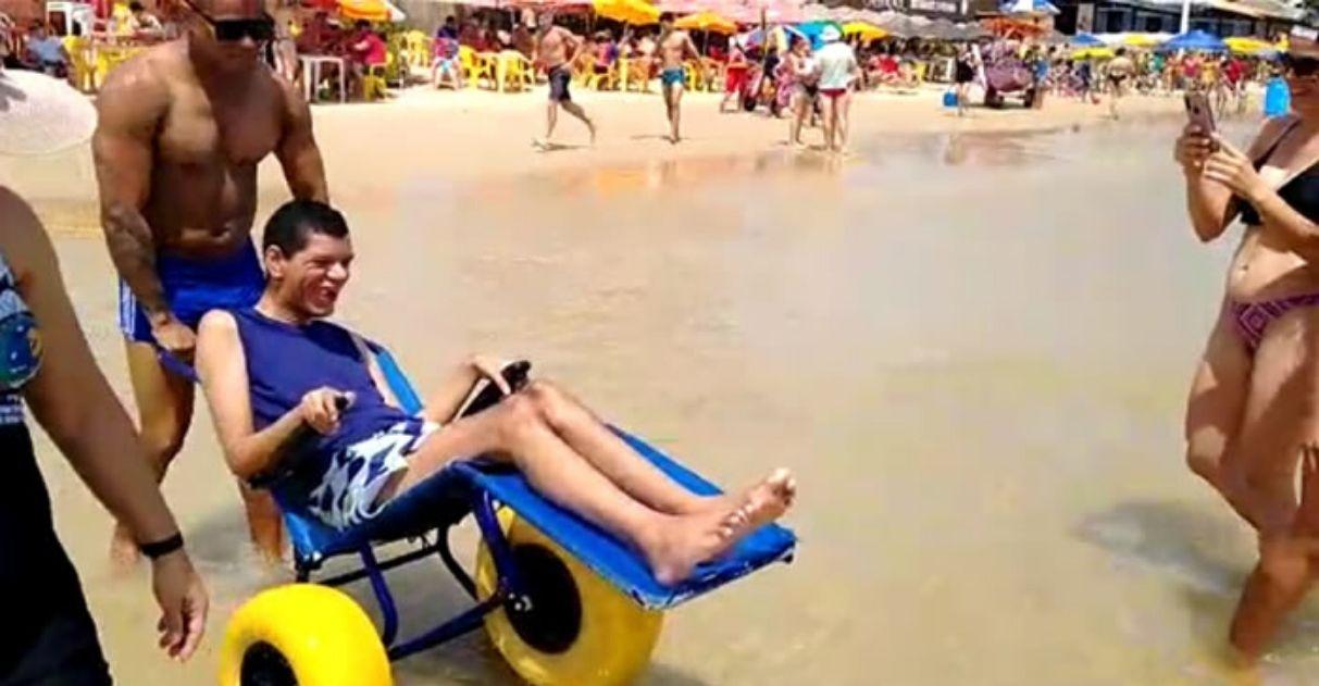 Rapaz com paralisia cerebral contempla o mar pela 1ª vez e se emociona