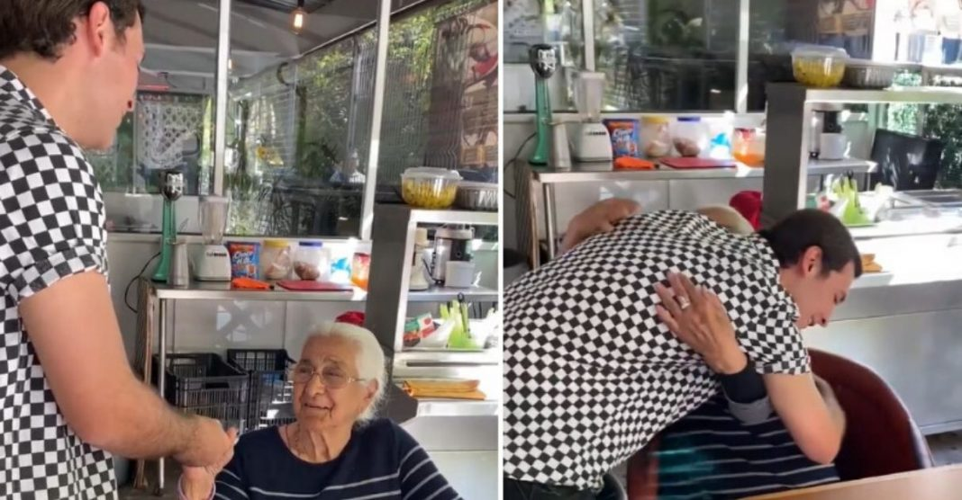 Cantor de rua emociona idosa que nunca teve uma serenata