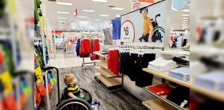 Menino cadeira de rodas representado anúncio loja