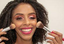 Maquiadora com deficiência visual ensina tutorial make Carnaval