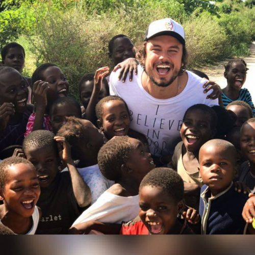 dentista reconhecido mundialmente com crianças em Moçambique