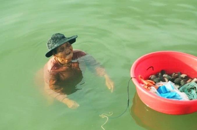 Idosa passa dia pescando para sustentar filha com doença mental