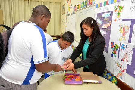 Professora autista super-dotada desenvolve método inovador alfabetização