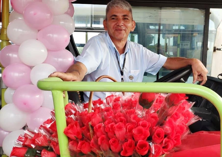 motorista com flores ônibus decorado balões rosa