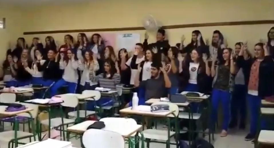 Sala inteira aprende Libras para cantar parabéns estudante surdo