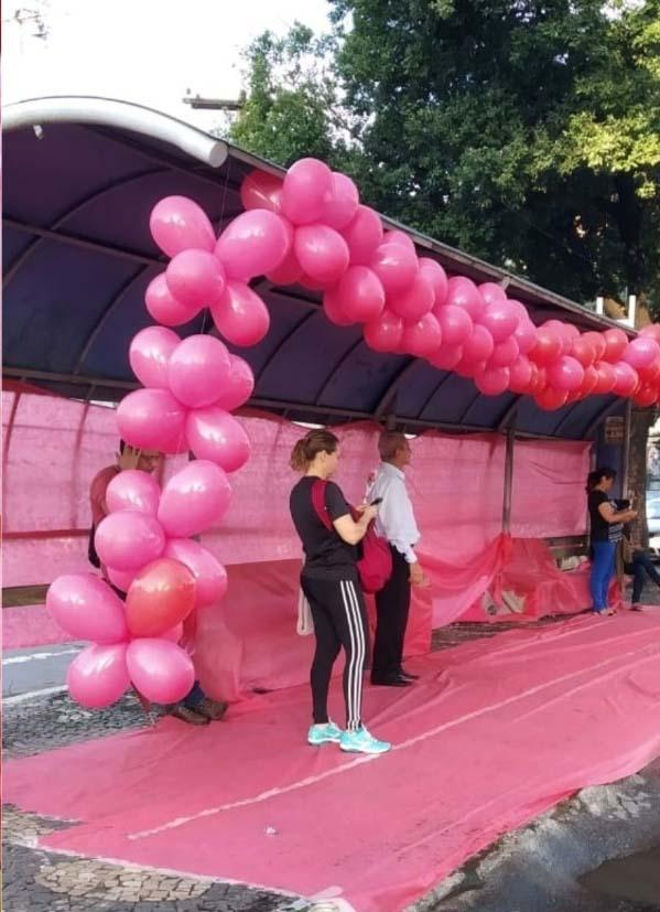 ponto ônibus decorado tapete balões rosa