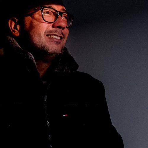 fotógrafo que está fazendo fotos por vídeoconferência nessa quarentena