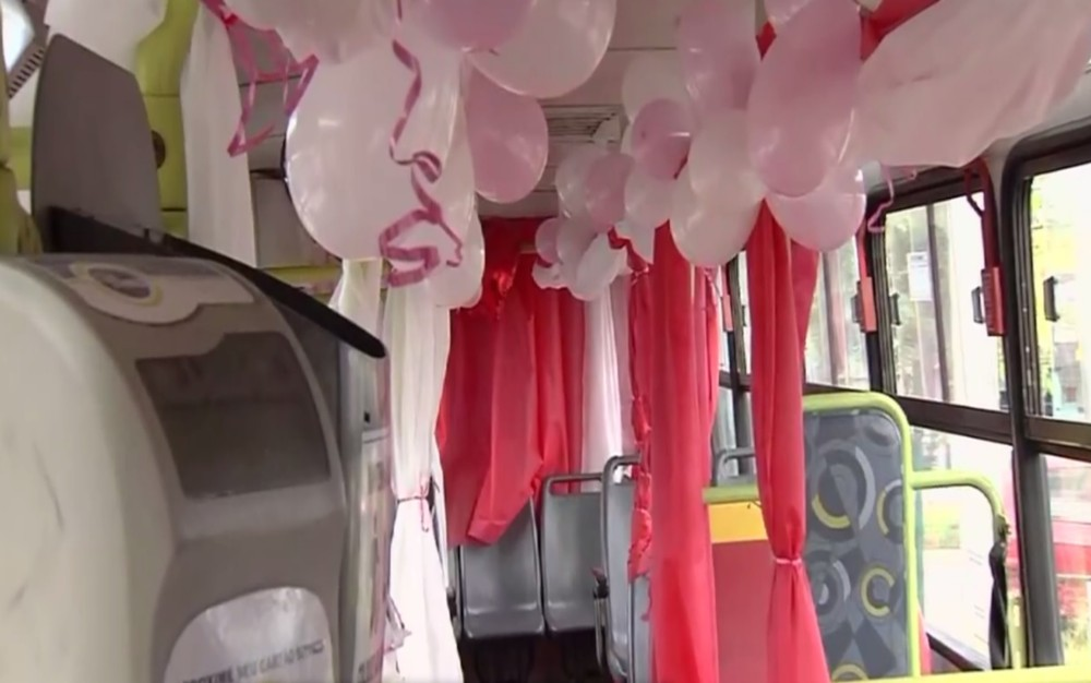 ônibus decorado balões rosa