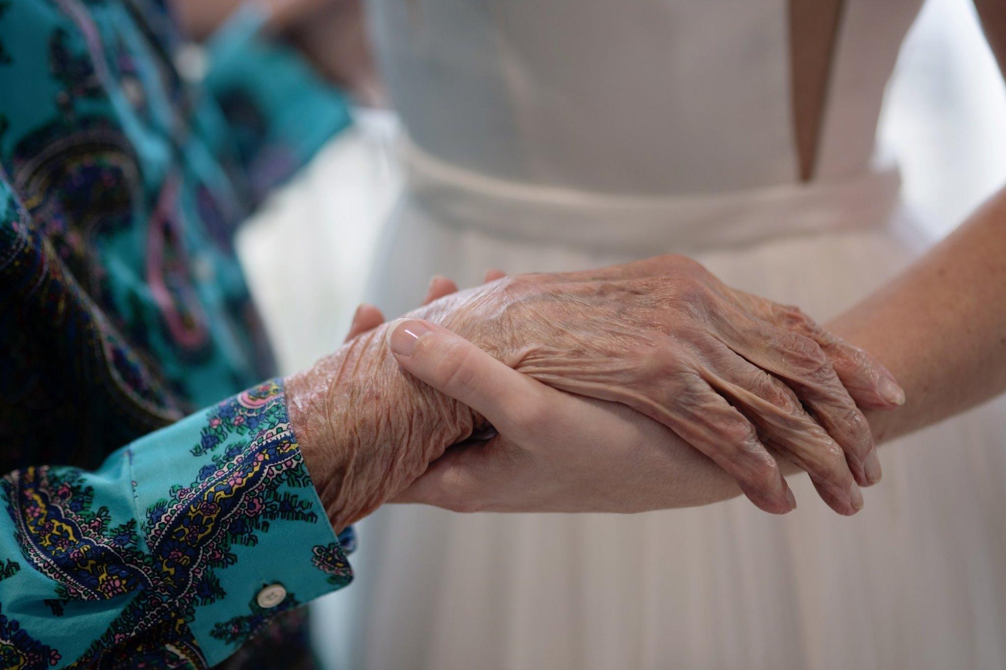 Noiva visita casa de repouso de avó casamento
