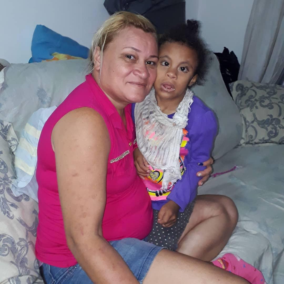 mãe eque faz bonecas de pano com a filha com síndrome rara