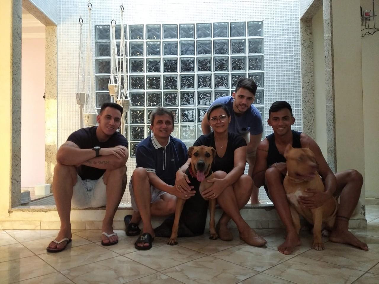 Homem viaja quase 3 mil km adotar cão patas amputadas