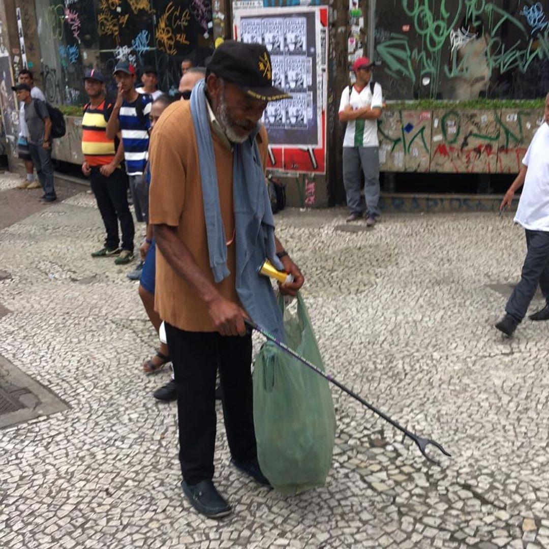 Catadores de recicláveis ganham pegadores para facilitar coleta