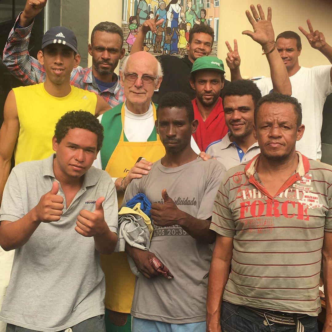 padre com moradores de rua