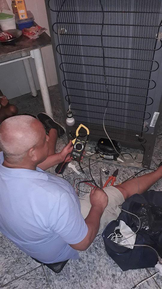 Técnico de refrigeração conserta de graça geladeira de afetados por enchente no RJ 4