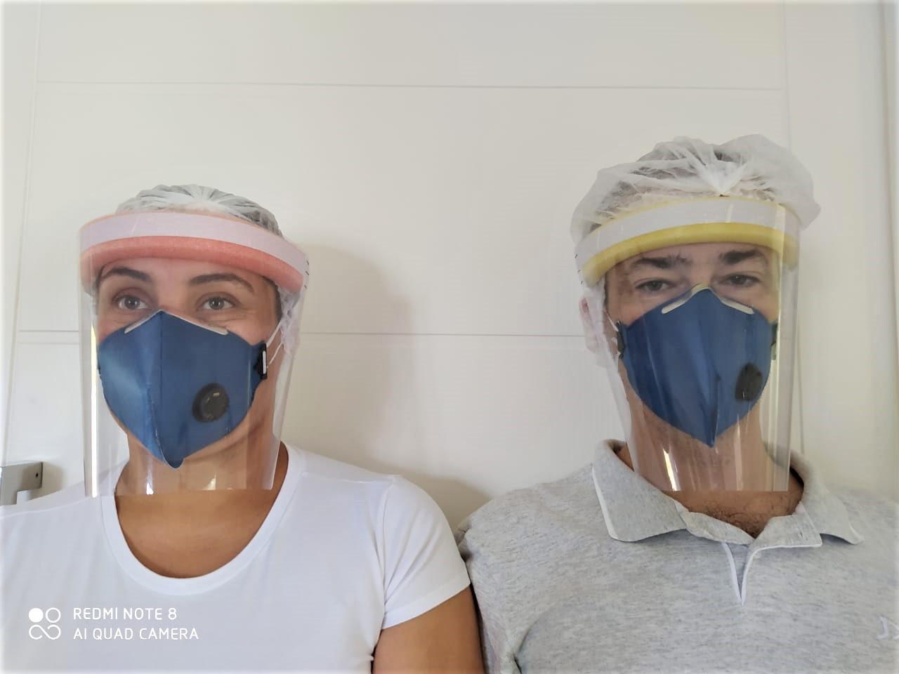Casal linha de produção cozinha de casa confeccionar máscaras paraná