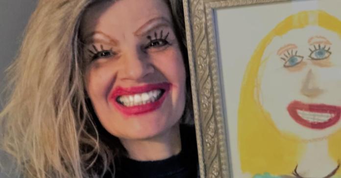 Em foto hilária, mãe recria desenho da filha com maquiagem e publicação viraliza
