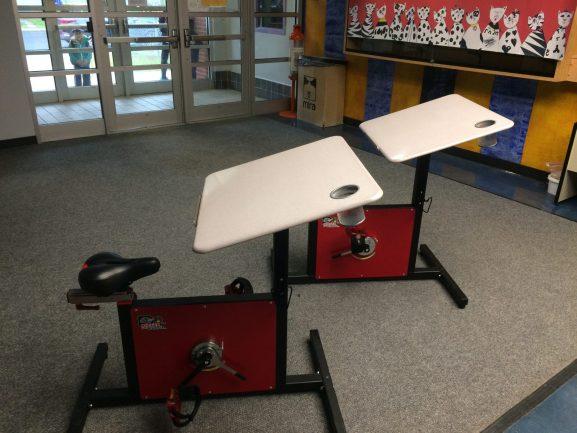 Mesas-bicicletas em sala de aula para alunos com hiperatividade