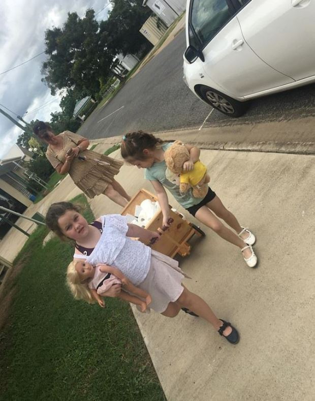 Meninas usam mesada para comprar papel higiênico para vizinhos idosos 3