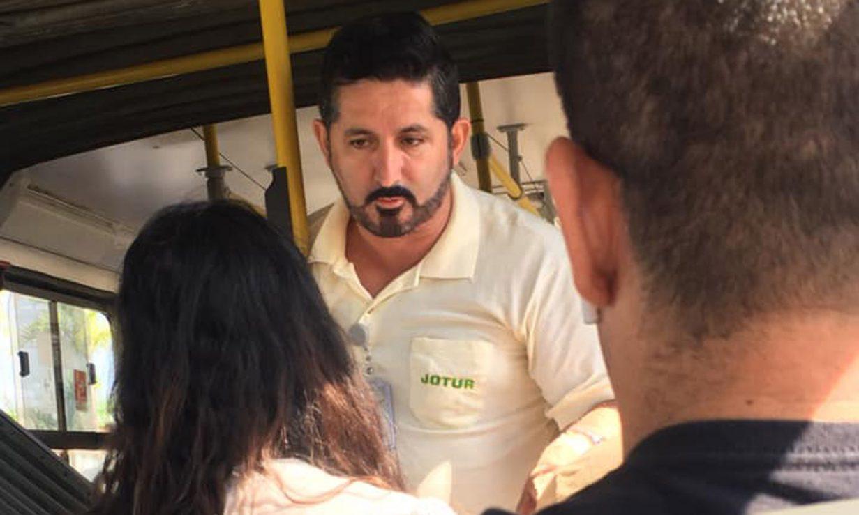Cobrador de ônibus oferecendo água para passageiro que estava se sentindo mal