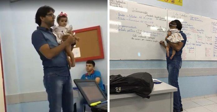 Professor segura bebê aluna durante aula Direito