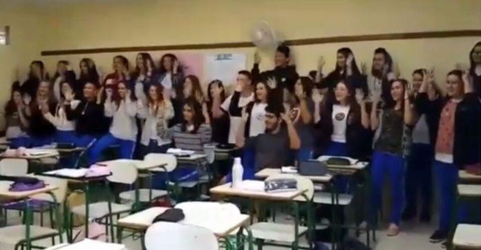 Sala inteira aprende Libras para 'cantar' parabéns para estudante surdo no PR 1