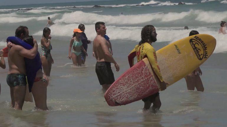 Filha abraçando o pai depois de ser salva por um surfista do projeto