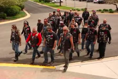 Motociclistas escoltam crianças vítimas de violência até o tribunal
