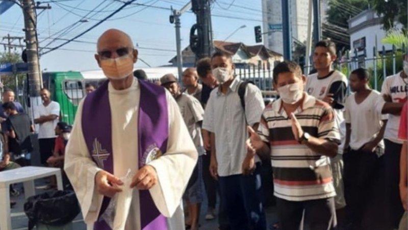 padre júlio lancelotti cerca moradores de rua