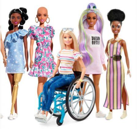 Menina fica encantada boneca Barbie se parece com ela