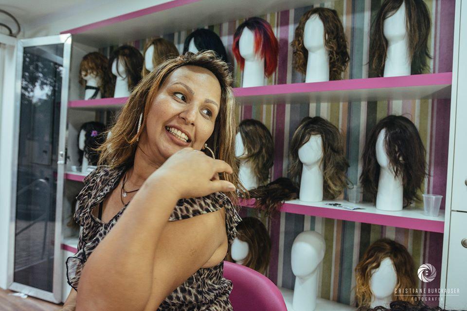mulher com peruca feita por cabelos doados