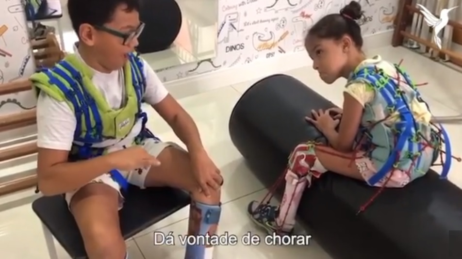 Menino levanta moral de amiga com deficiência fisioterapia