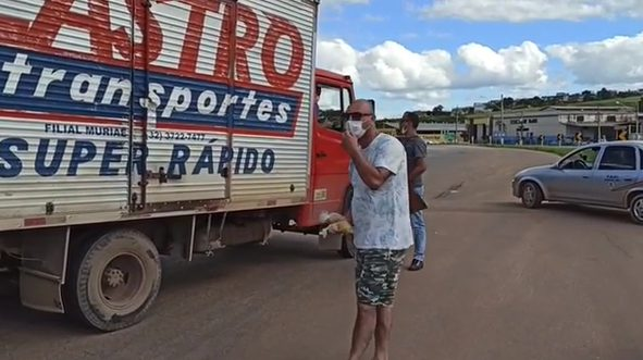 taxistas entregando frutas e suco para caminhoneiros