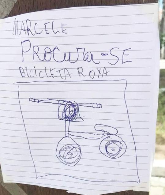 Amigas fazem cartazes para menina bicicleta furtada