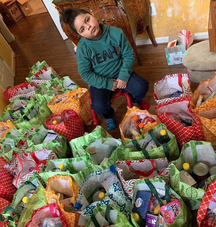 menino gasta suas economias comprando alimentos idosos