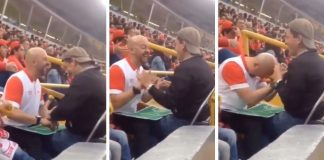 Homem ajuda amigo cego experienciar jogada partida futebol
