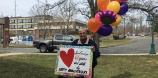 Idoso deseja feliz aniversário esposa casa de repouso isolada coronavírus