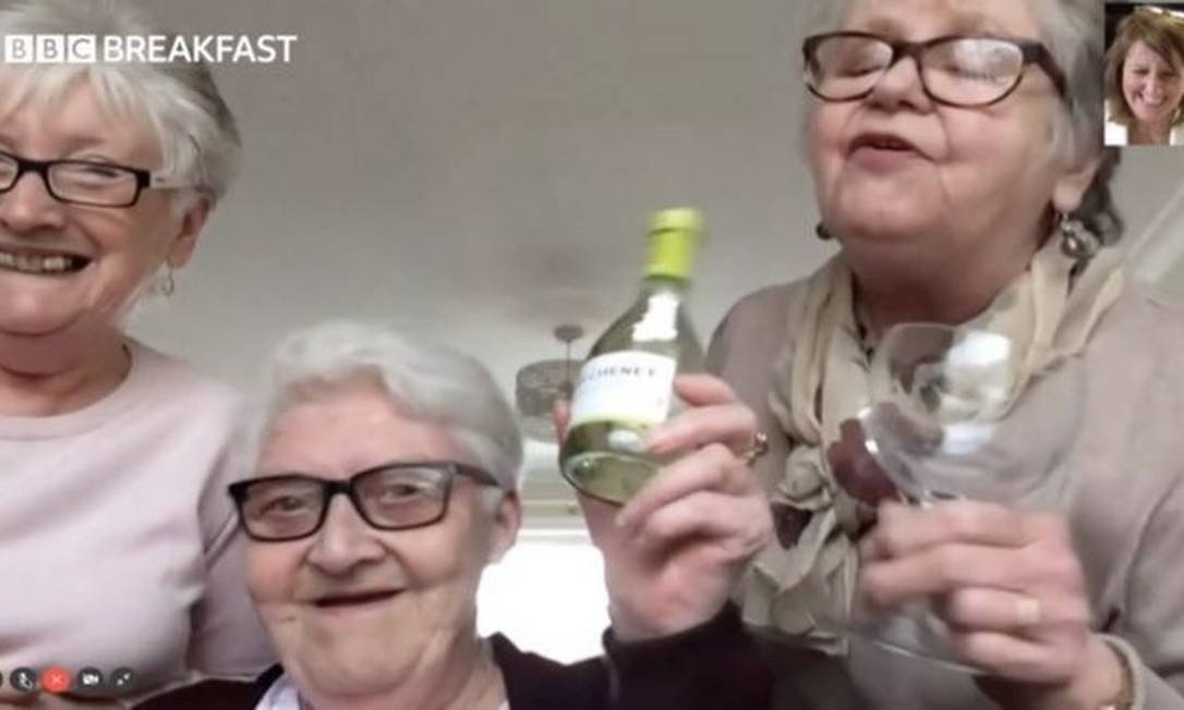 amigas idosas se autoisolam juntas para se proteger coronavírus