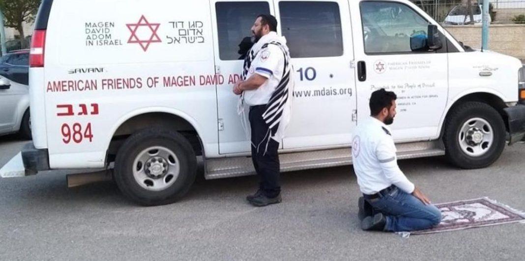 paramédicos judeu muçulmano rezam juntos lado ambulância coronavírus