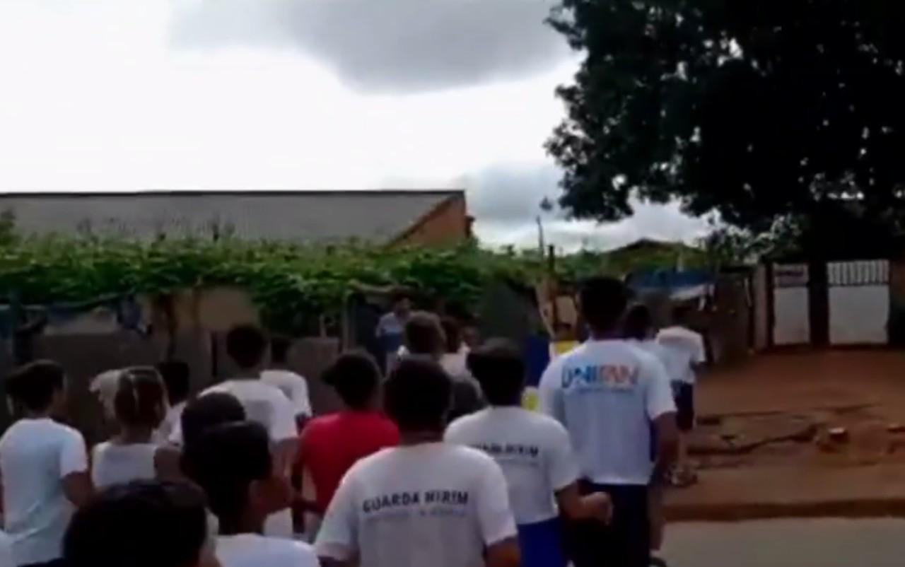Garoto recebe apoio colegas Guarda Mirim