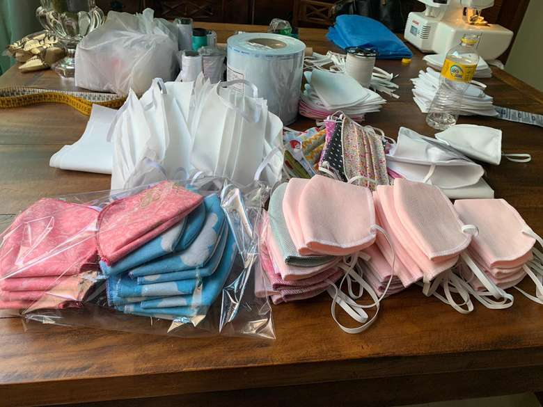 Voluntários produzem máscaras doam para hospitais abrigos