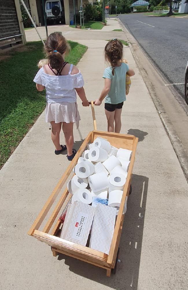 Meninas usam dinheiro mesada para comprar papel higiênico para vizinhos idosos