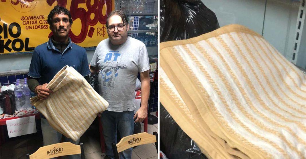 Sem-teto emociona ao doar cobertores para vítimas de temporal no Guarujá (SP) 1