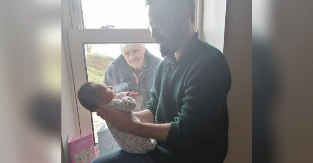 isolamento coronavírus avô conhece neto recém-nascido