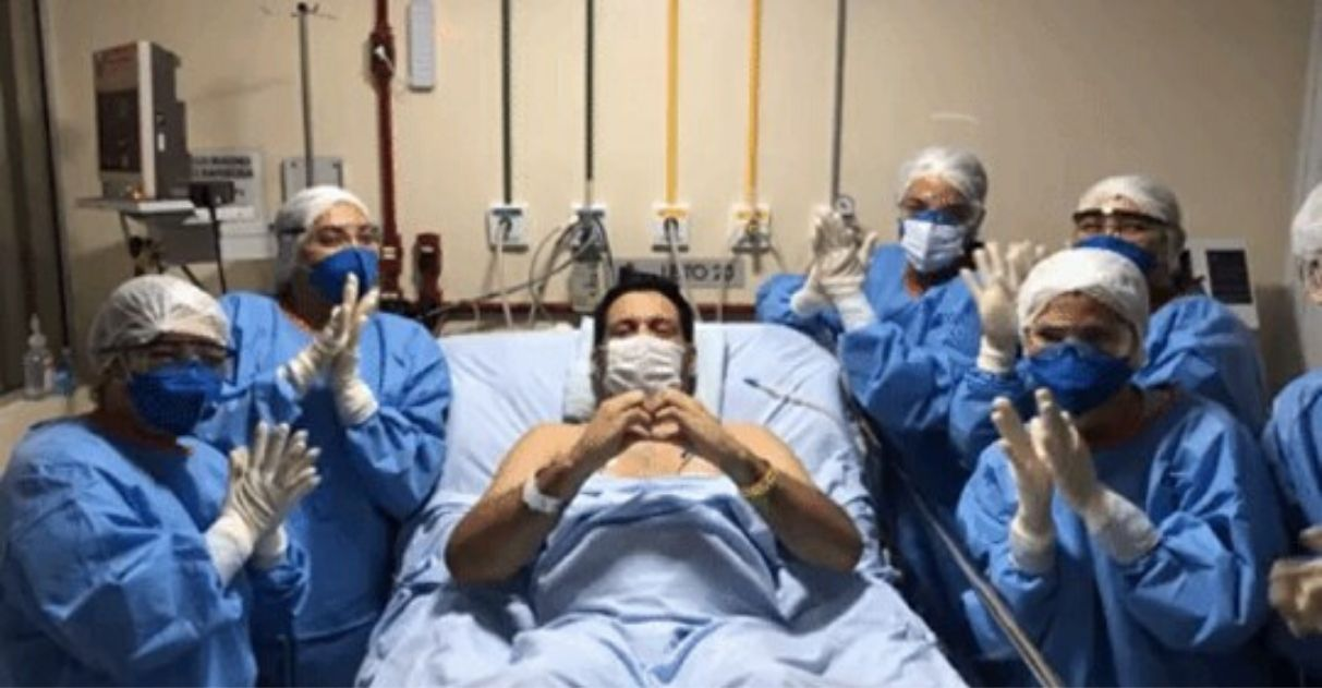 Coronavírus jornalista Marcelo Magno recebe alta sinal coraçãozinho enfermeiras