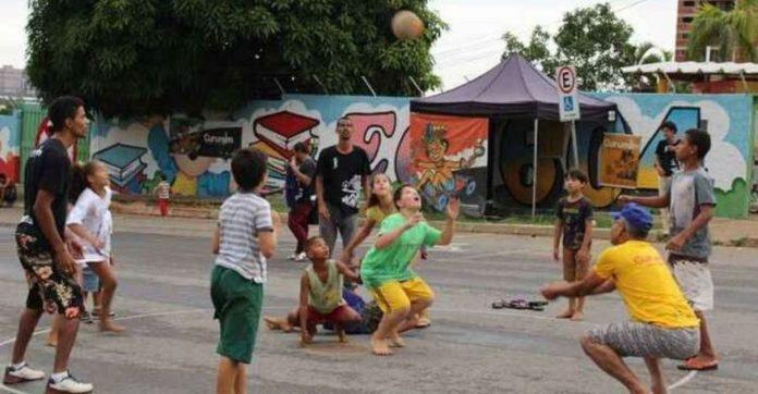 Pais resgatam brincadeiras de rua com os filhos