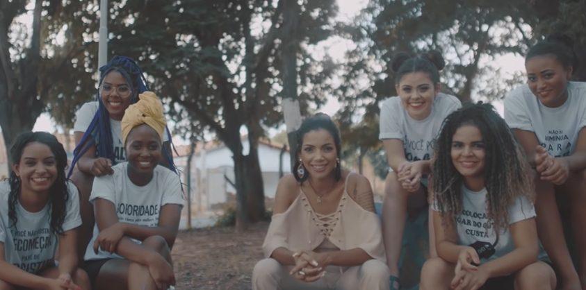 jovem que teve rosto queimado ao lado das meninas do projeto de empoderamento feminino As Valquírias