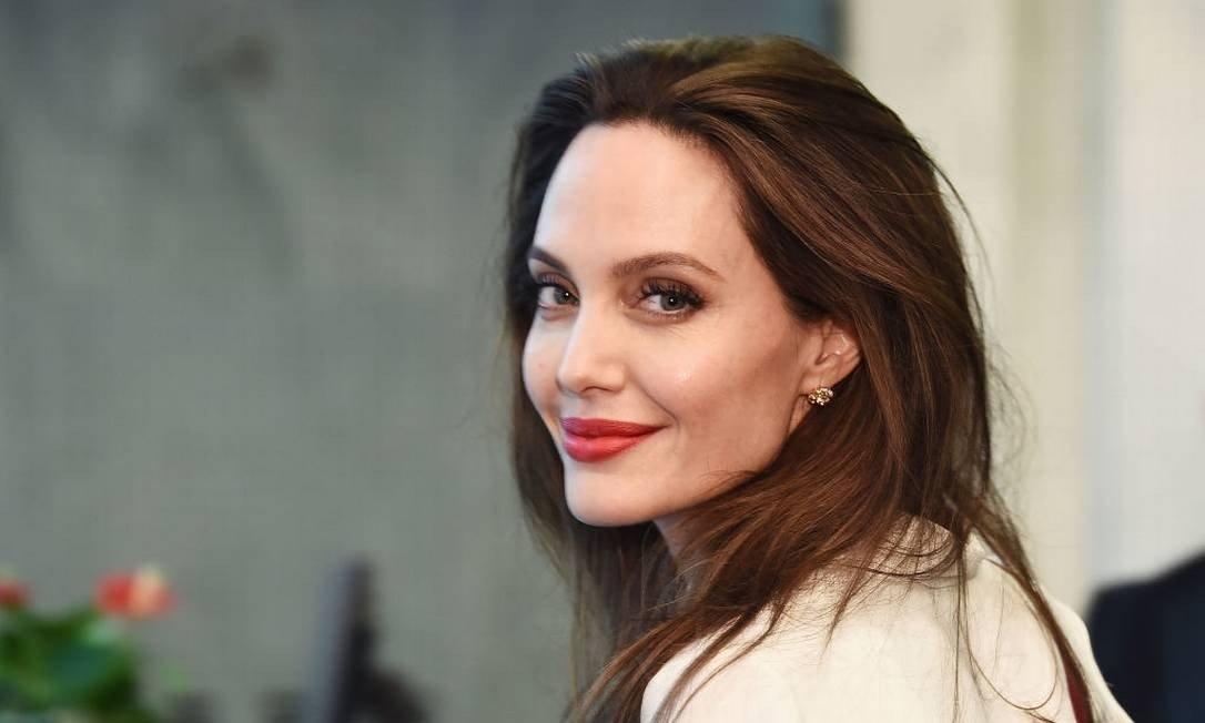 Angelina Jolie doação merenda crianças carentes quarentena